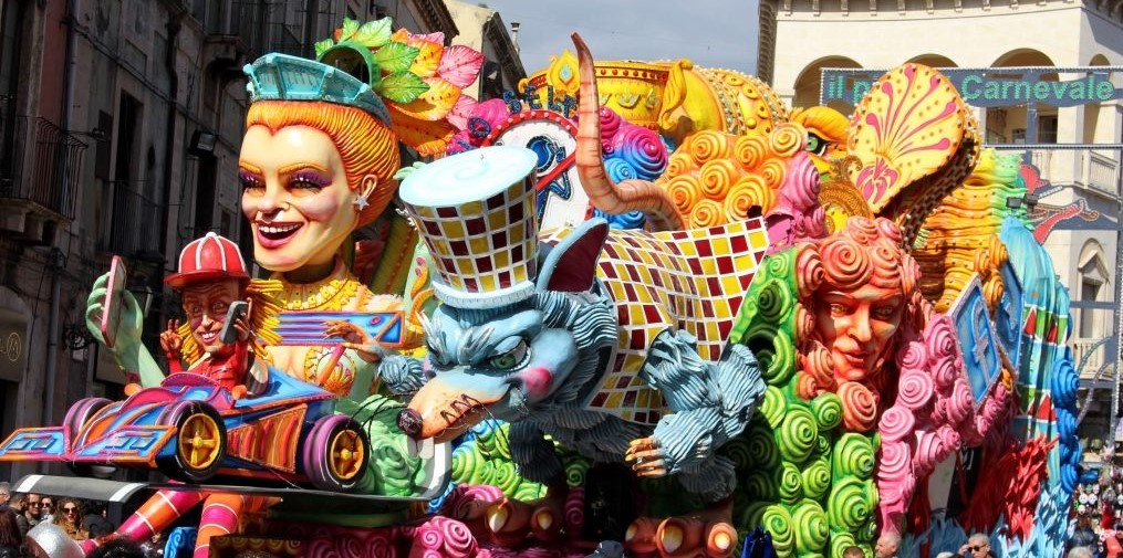 sicily discover information acireale holiday villa carnival figures tradition