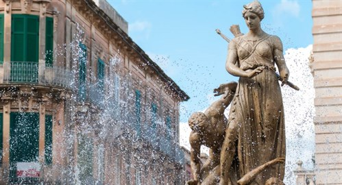 sicily guide holiday information sicilian cities travel syracuse sightseeing city centre diana fountain