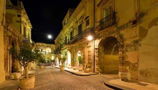 sicily guide holiday information sicilian cities travel syracuse sightseeing noto day trip city centre by night