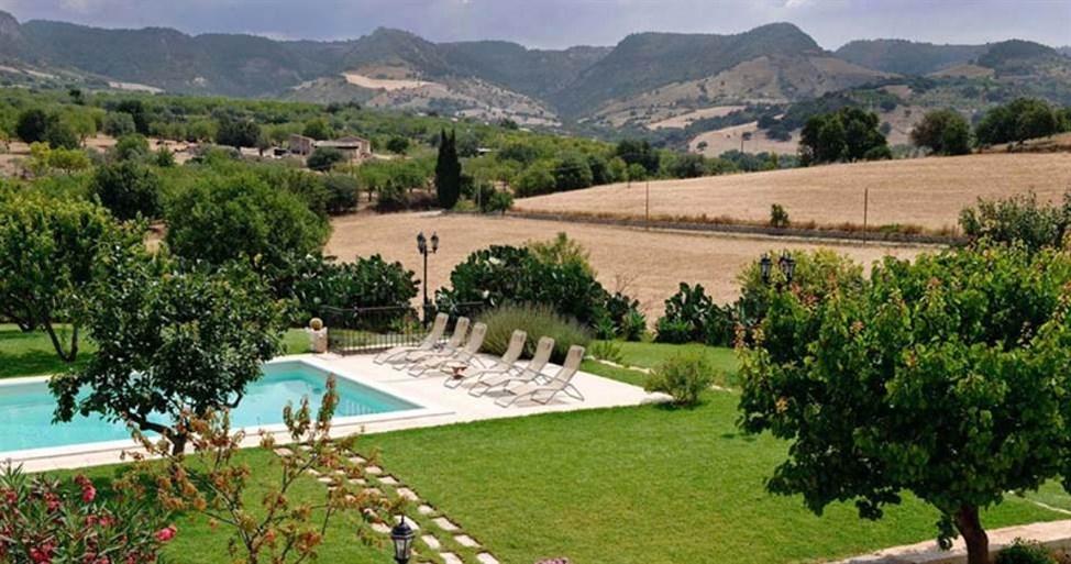 sicily guide holiday information sicilian cities noto baroque style architecture unesco villa pool