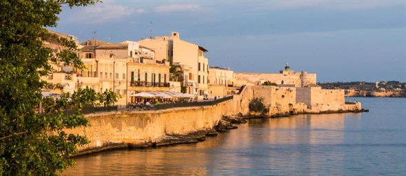 sicily guide holiday information sicilian cities travel syracuse sightseeing ortygia day trip sea