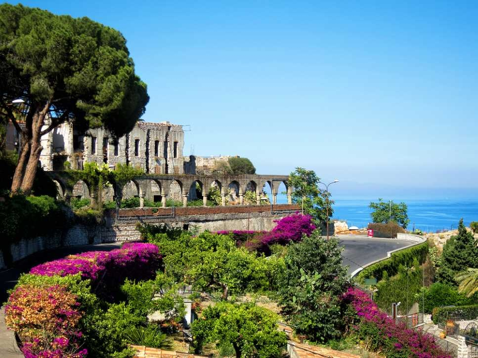 sicily guide holiday information sicilian cities travel sightseeing taormina architecture sea