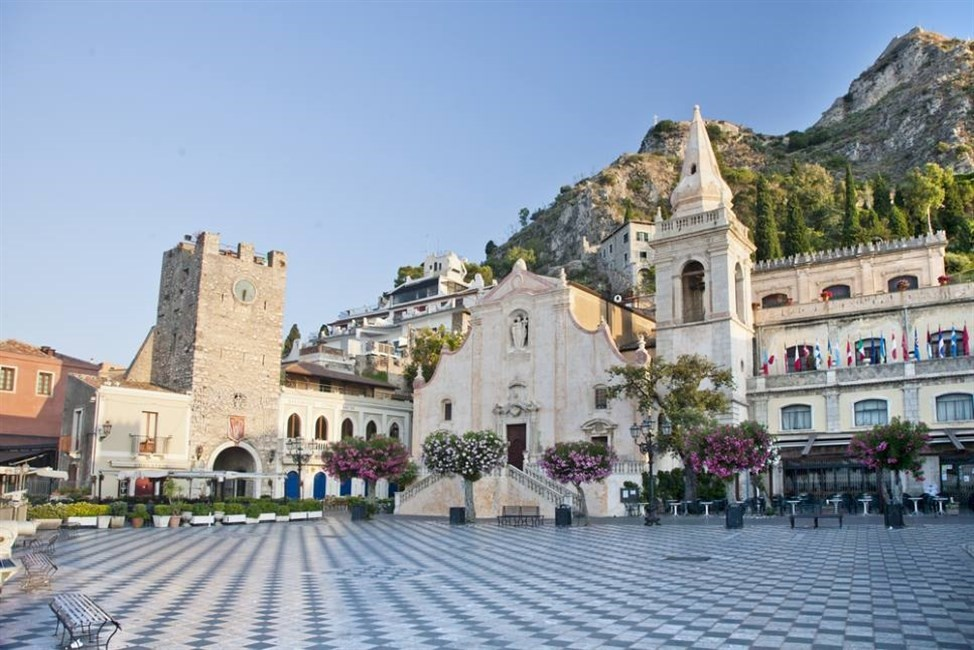 sicily guide holiday information sicilian cities travel sightseeing taormina plaza architecture