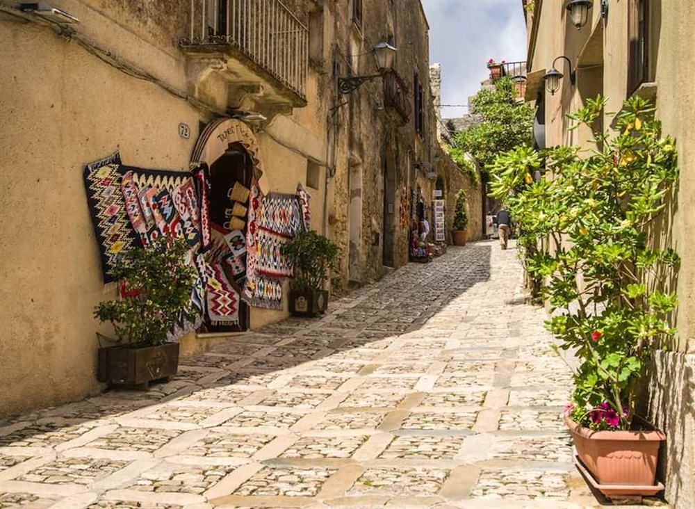 sicily guide holiday information sicilian cities travel sightseeing trapani erice old town tradition street