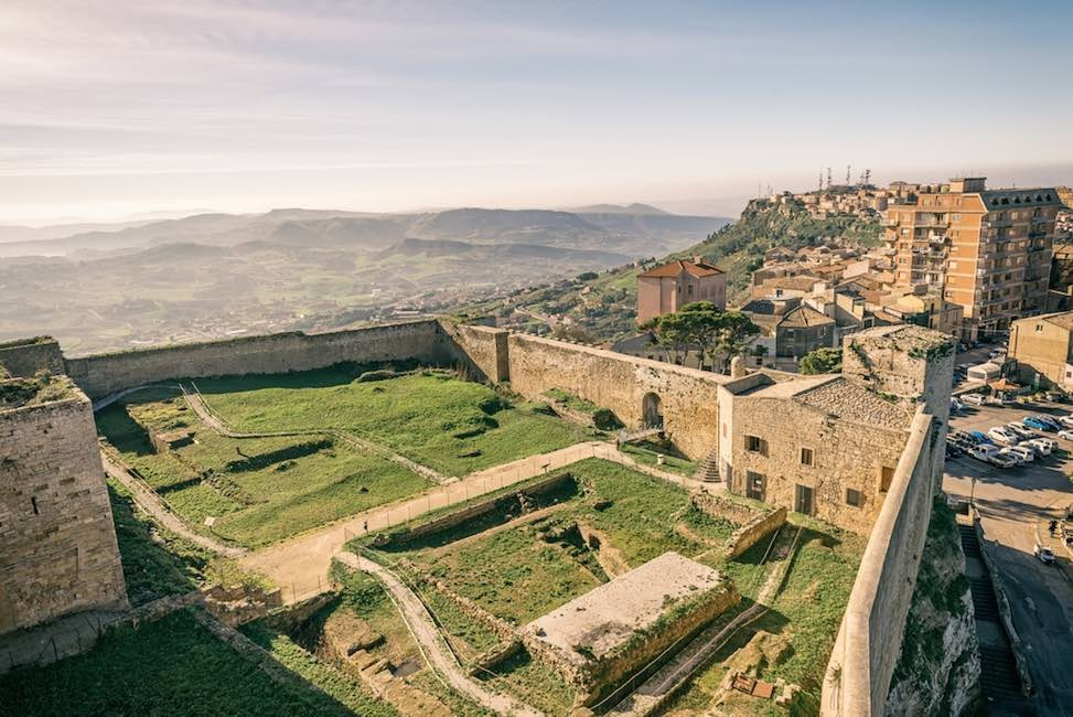 sicily guide holiday information sicilian cities enna view castle