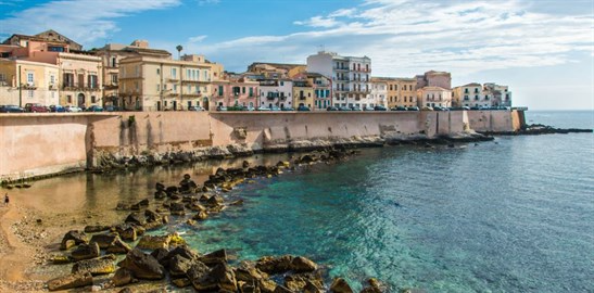 sicily guide holiday information sicilian cities travel syracuse sightseeing city centre sea view